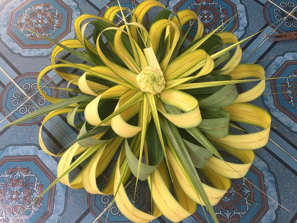 Lá dừa non sắc màu tươi sáng được dùng để kết hoa