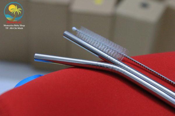 2 ống hút được làm bằng inox chống rỉ sét, túi đựng ly, cọ vệ sinh ống hút.