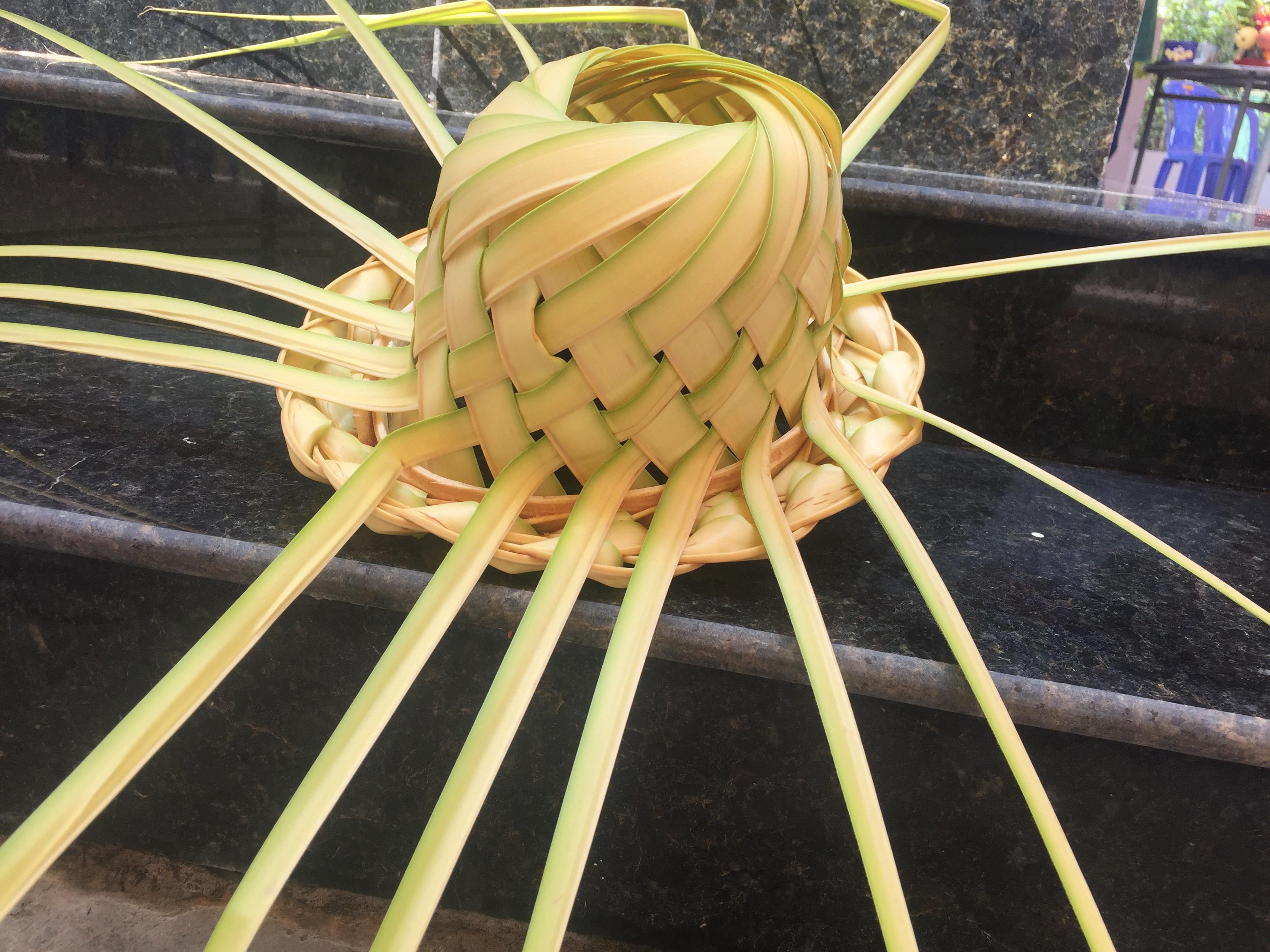 chiếc nón bằng lá dừa cực kỳ độc dáo và đẹp mắt