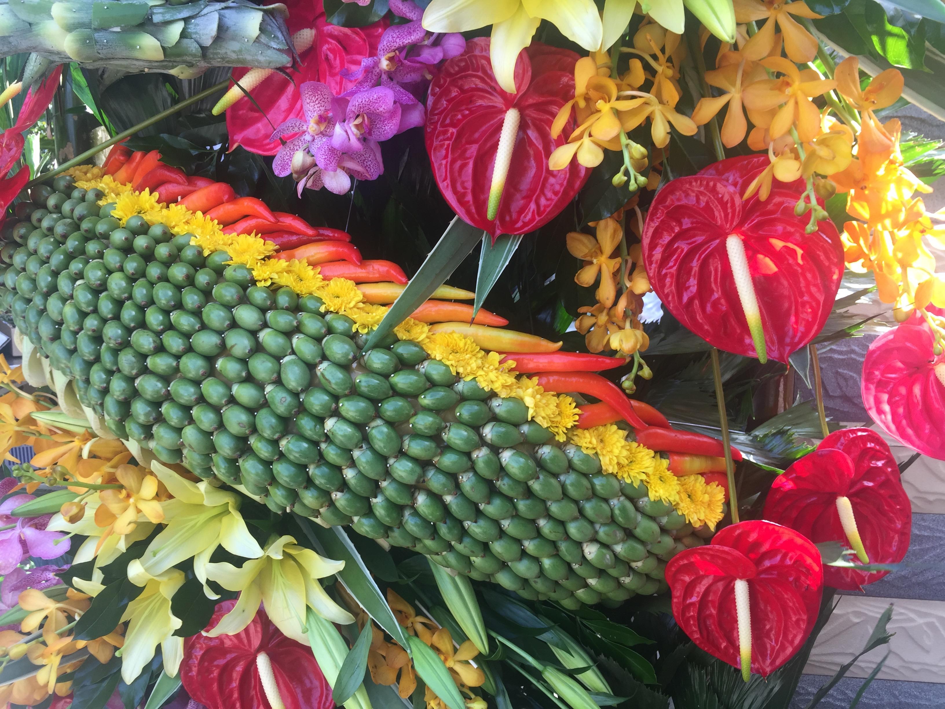 Những đọt dừa được đan kết tỉ mỉ, rồng phượng hoành tráng...