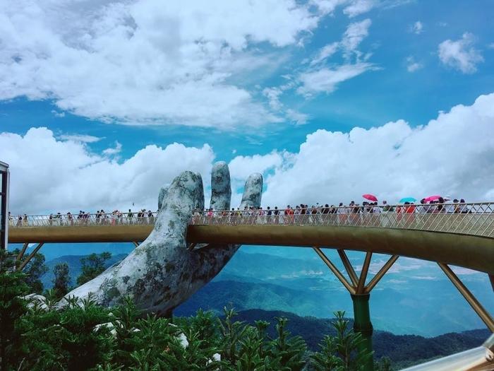 cau vang da nang duoc khen khi xuat hien tren instagram noi tieng d21e00 Cầu Vàng Đà Nẵng - Cây cầu của Việt Nam gây sốt trên toàn thế giới khi xuất hiện trên Instagram nghệ thuật nổi tiếng