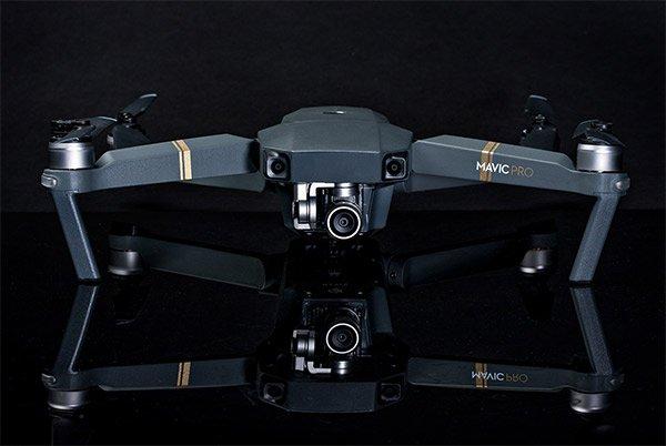 Mavic Pro được tích hợp 5 camera, GPS và Glonass, 2 máy thu phát sóng siêu âm, cụm camera tích hợp gimbal chống rung 3 trục, cảm biến 12MP, kích thước 1/2.3″