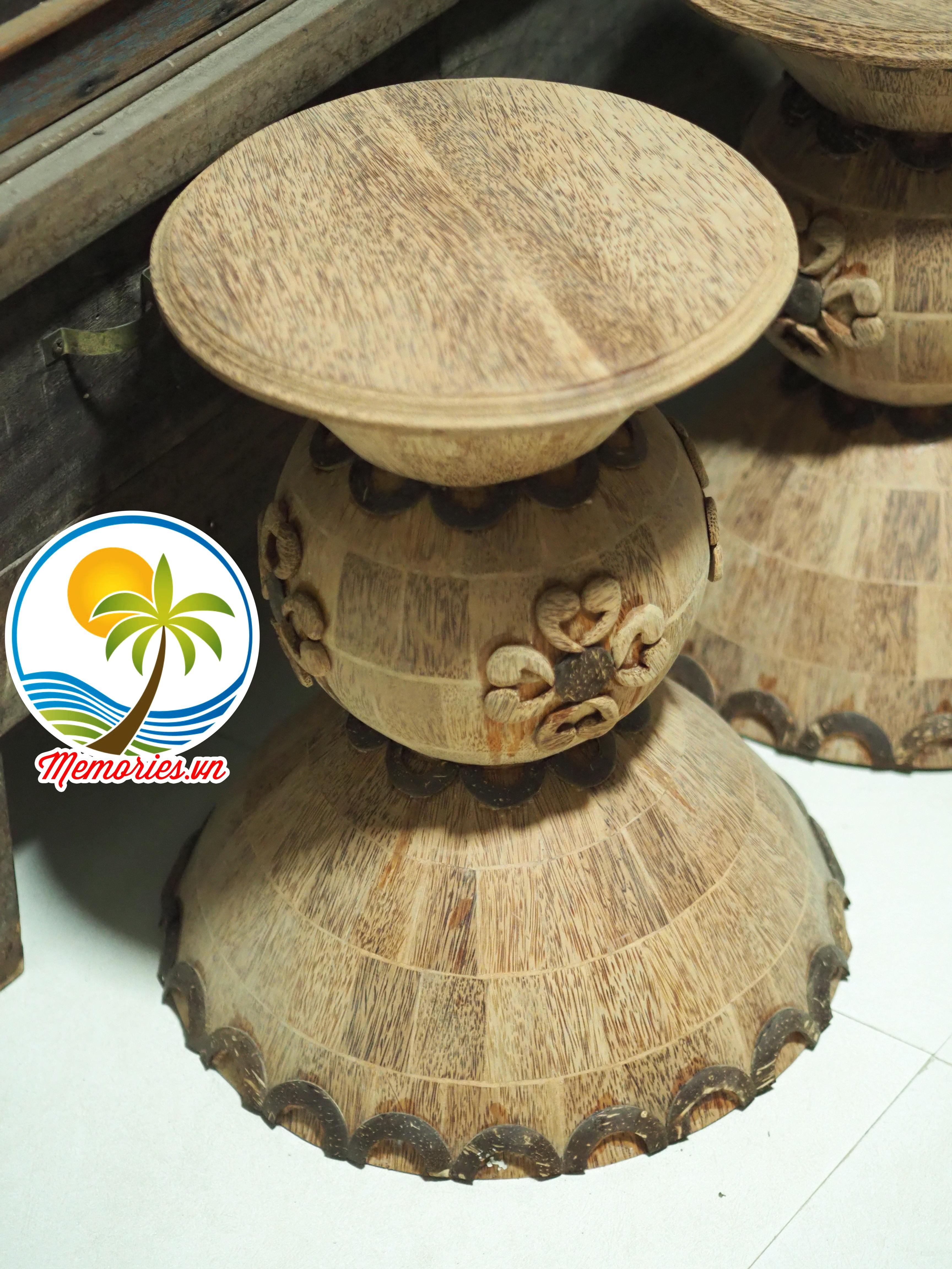 Chiếc ghế ngồi được điêu khắc từ thân cây dừa