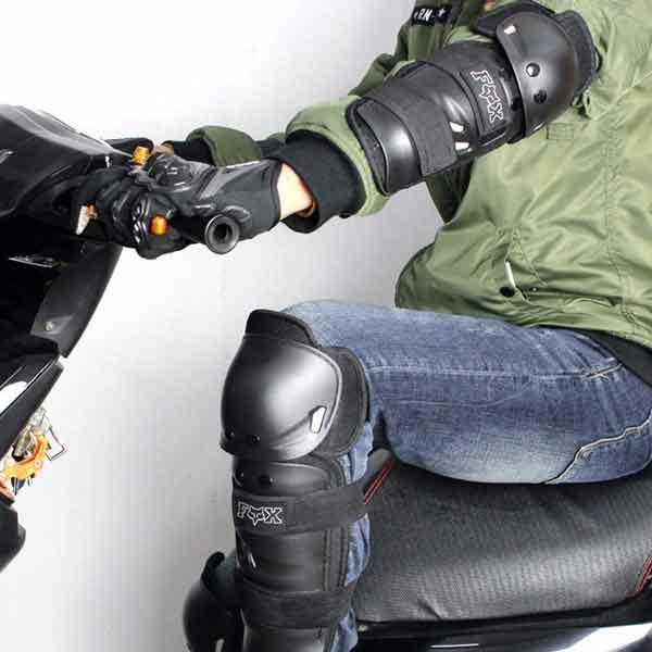 Đặc điểm vượt trội của Giáp nhựa bảo vệ chân tay FOX Racing (4 món): ✔ Chất liệu: Vỏ bọc ngoài được làm bằng nhựa cứng đặc biệt, chất lượng cao, vải lót airmesh chống nước nhẹ và dây xiết bằng thun bền chắc. Các lớp đệm mút lót bên trong dày & êm ái tạo cảm giác chắc chắn khi sử dụng. Giúp hấp thụ & phát tán xung động giảm chấn thương khi gặp hay có sự cố bất ngờ lúc chạy xe. ✔ Nhỏ gọn nhưng vẫn đảm bảo độ an toàn khi đi xe máy. Bảo vệ xung động khi có tác động bên ngoài vào tăng khả năng bảo vệ khi va chạm hay té ngã. ✔ Free size, vừa vặn với tất cả mọi người do có miếng dán thay đổi chiều rộng. ✔ Thiết ké thoáng mát, hút mồ hôi tạo cho cảm giác thoải mái cho người lái xe ✔ Có thể sử dụng để chơi Patin. ✔ Bao gồm : 2 giáp bó chỏ tay + 2 giáp bó gối chân